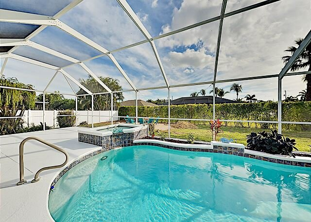 Big Corner-Lot Paradise | Heated Pool, Spa, Grill, Alfresco Dining & Fire Pit, Ferienwohnung in Cape Coral