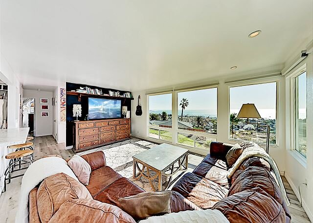 Hillside Home with 180 Degree Pacific Views | Walk to Main Street Downtown, location de vacances à Ventura