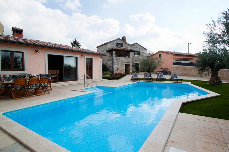 Authentic Villa Ulika with a pool and a jacuzzi, aluguéis de temporada em Fabci