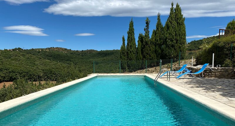 Amazing villa with shared pool, vacation rental in Torderes