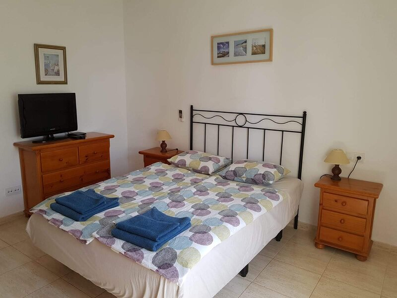 Beautiful 2-Bed Villa in Montaña Roja by the beach, holiday rental in Playa Blanca