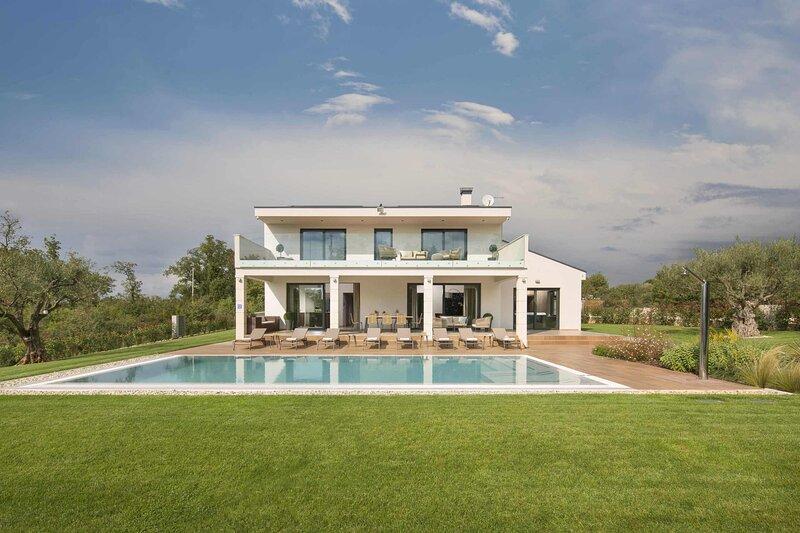 Luxurious Villa Gianno with a pool and a lovely garden, aluguéis de temporada em Fabci