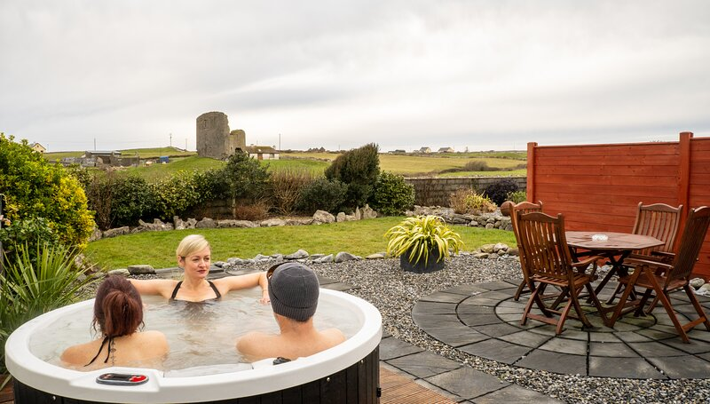 Fisherstreet Lodge - Luxury Two Bedroom Lodge with Hot Tub in Doolin Village. – semesterbostad i Fanore