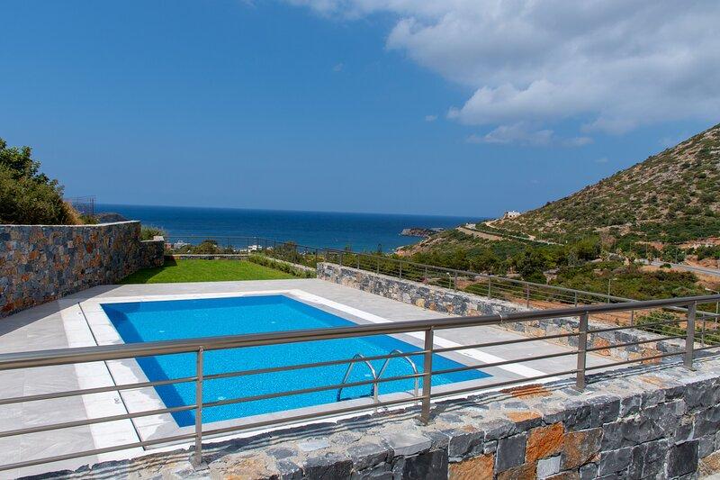 Villa Marine, New Luxury Villa with Amazing Seaview & Private Pool, alquiler de vacaciones en Creta