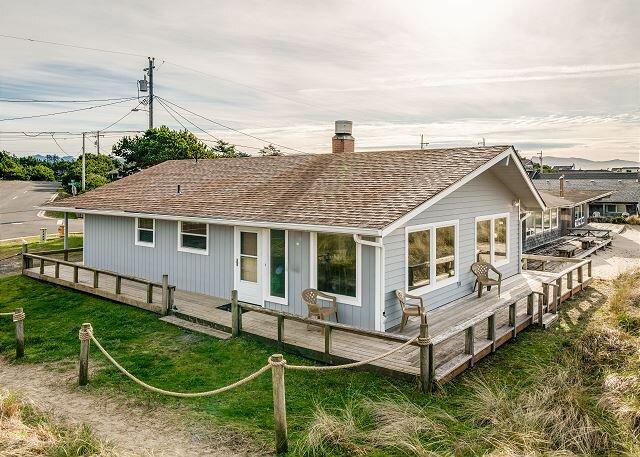 SANDY SHORES~Single story oceanfront home that is walking distance to town, location de vacances à Manzanita