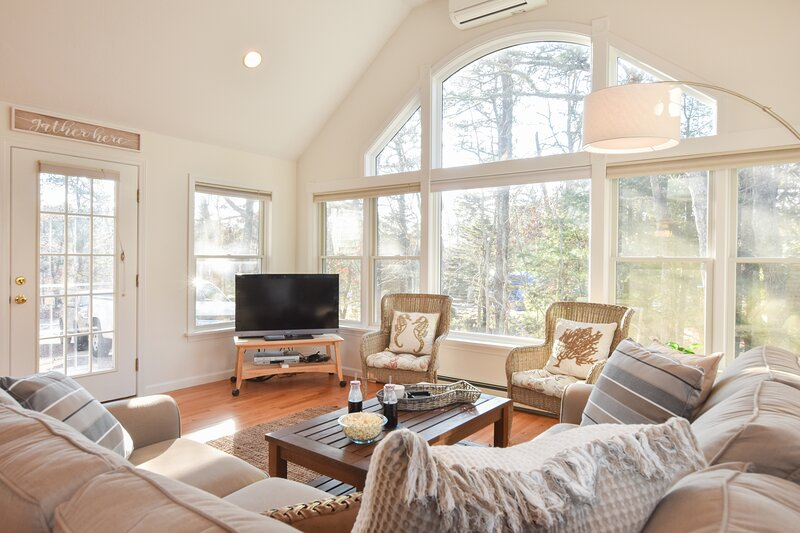 #647: 5-Min Drive to Forest Beach, Dog Friendly, Outdoor Shower, Backyard w/ Dec, location de vacances à South Chatham