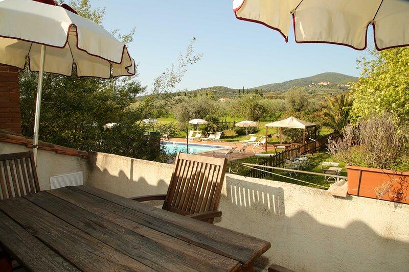 Appartamento Trilocale 1° piano con terrazza o piano terra con patio attrezzato, location de vacances à Giuncarico