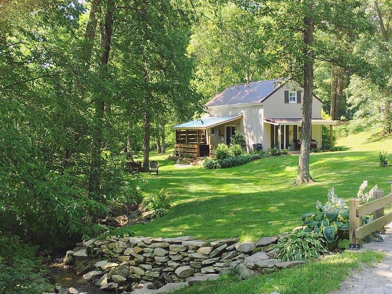 Romantic Getaway Cottage w/ Hot tub, Open loft, aluguéis de temporada em Vermilion