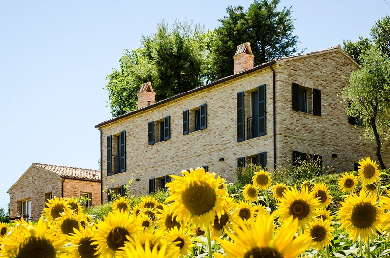 Burello Villa Sleeps 10 with Pool and Air Con - 5834486, holiday rental in Ostra Vetere