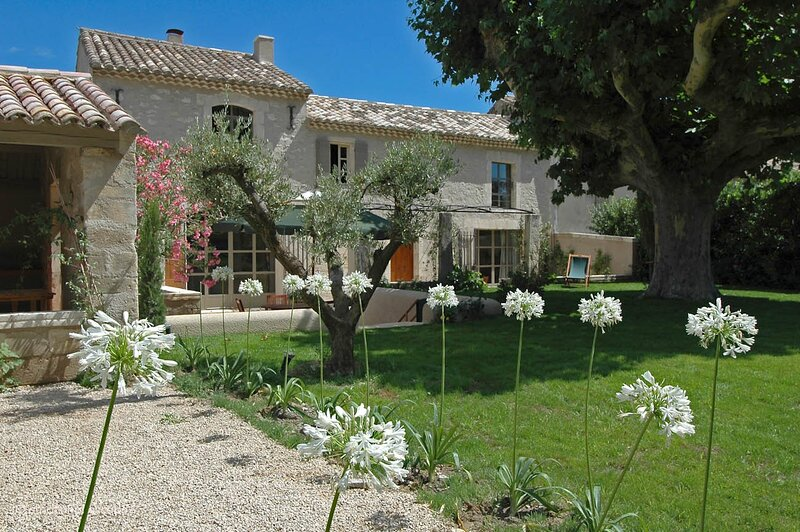Lagoy Holiday Home Sleeps 8 with Pool Air Con and WiFi - 5881458, aluguéis de temporada em Mas-Blanc-des-Alpilles