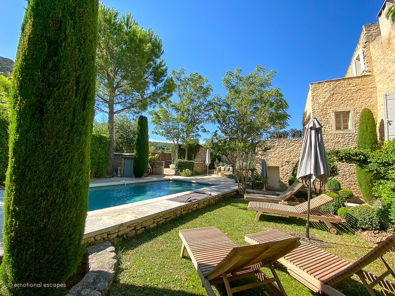 Cabrieres-d'Avignon Holiday Home Sleeps 12 with Pool - 5881466, holiday rental in Cabrieres-d'Avignon