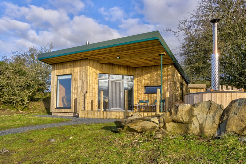 Knowe Lodge - Off-grid lodge with a wood-fired hot tub and spectacular views, casa vacanza a Wigtown