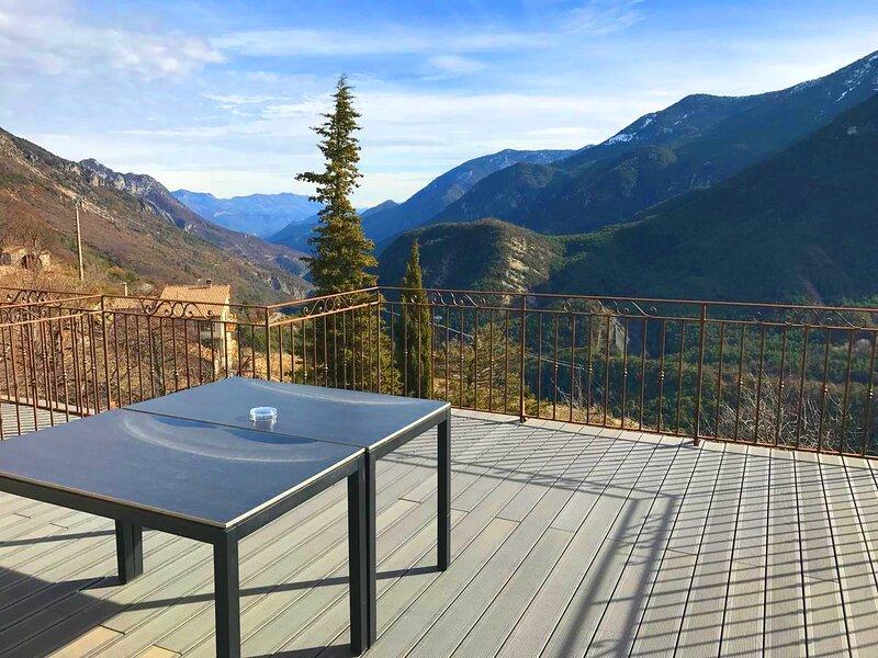 Gîte Hellébore- Grande terrasse vue montagnes au cœur du village du Mas, holiday rental in Brianconnet