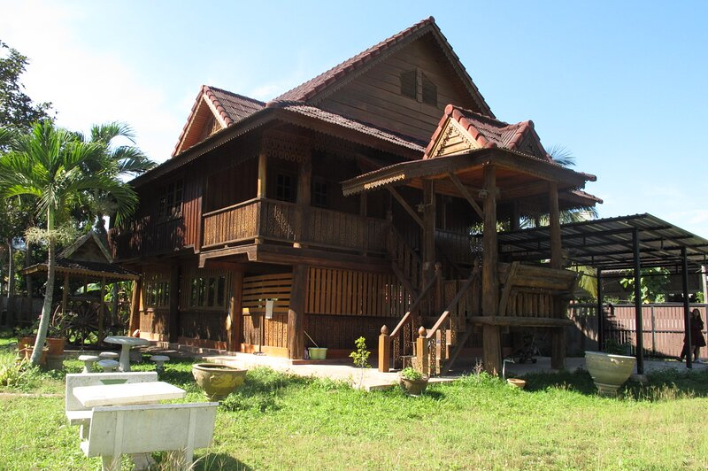 Artist Working Space & House (Thai Northern Style with huge free garden space), holiday rental in Mae Rim