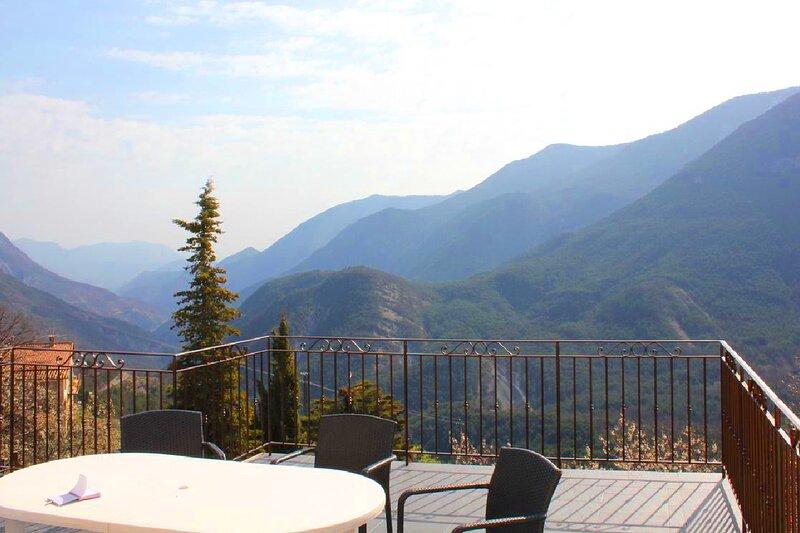 Gîte Colchique - Grande terrasse vue montagnes au cœur du village du Mas, holiday rental in Brianconnet