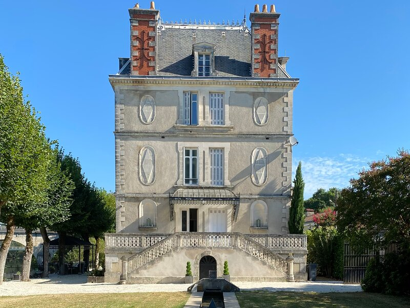 Stunning Chateau on the river bank in Saint Astier, casa vacanza a Razac-sur-l'Isle