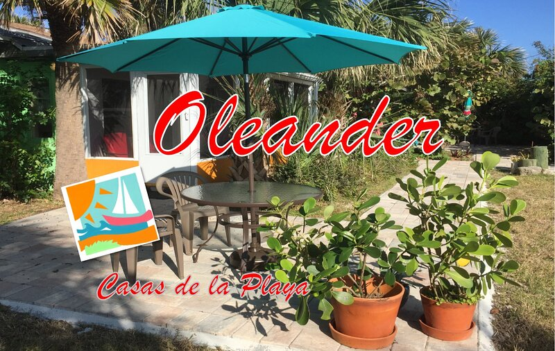 Oleanders Cottage - Downtown and One Block to the Beach!, alquiler de vacaciones en Flagler Beach