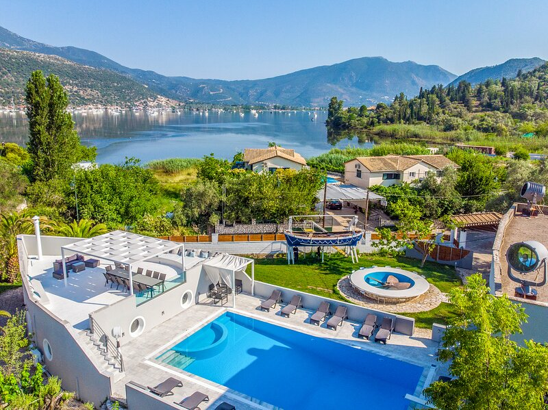 Luxury Villa Boathouse in Lefkada, Ideal for Large Groups, vacation rental in Fterno