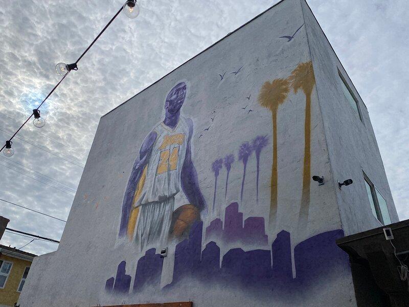 Kobe Bryant themed 3 Story 3 bdroom w/HOT TUB! Luxury Hi Rise! LA. BEV HILLS ADJ, holiday rental in Los Angeles