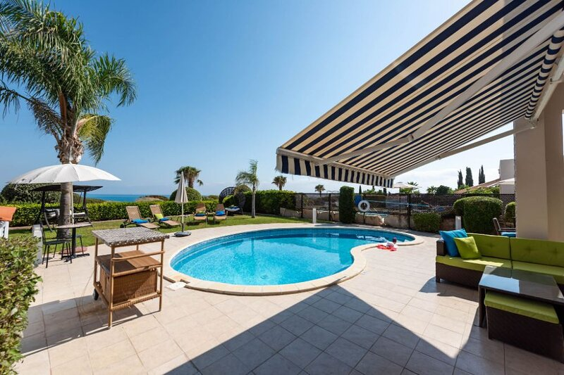 Sea Front Tequila Sunrise - Luxurious Sea Front Villa with Panoramic Views of, location de vacances à Peyia