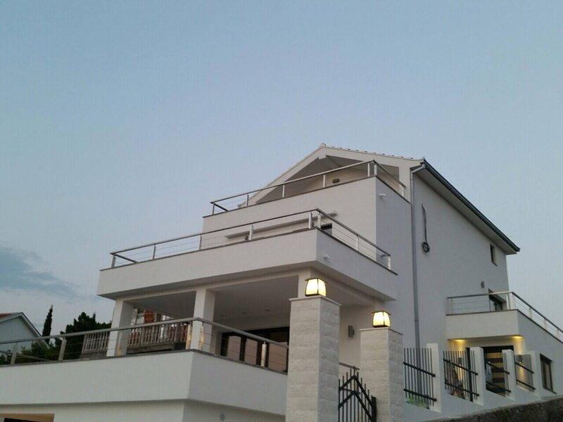Immaculate 4-Bed House on Lustica Peninsula, casa vacanza a Lustica