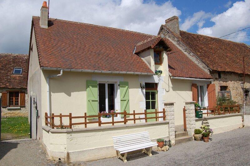 Le Petit Four A Beautiful 3-Bed Cottage in Lignac, holiday rental in Saint-Benoit-du-Sault
