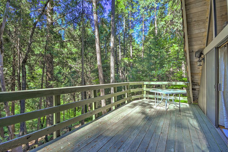 Rustic Pollock Pines Cabin w/Large Deck Near Lake!, holiday rental in Pollock Pines