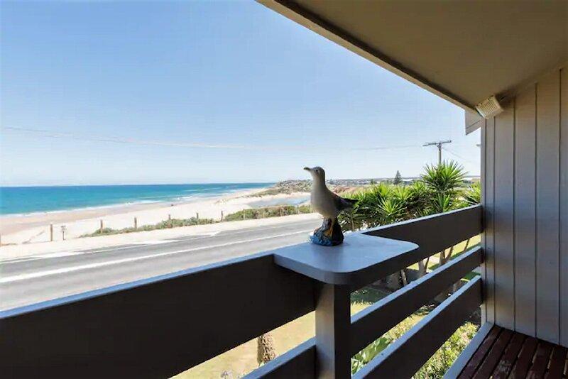 Beachfront Chalet * Port Noarlunga + Pet-Friendly + WiFi + Hot Tub, holiday rental in Hallett Cove