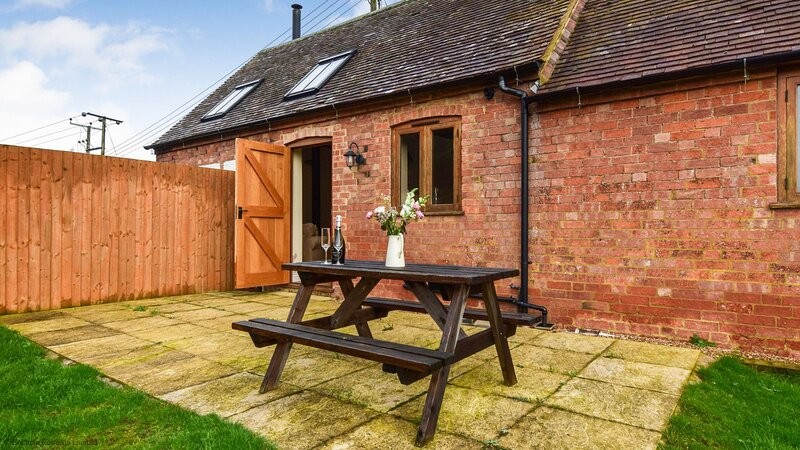 Combine Shed - Open plan living area, wood-burning stove and pet-friendly barn c, holiday rental in Great Alne