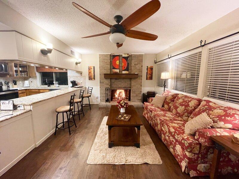 Hello, Hot-Tub! King beds, RokuTVs, Ping Pong, Pac-Man, Darts, vacation rental in Allen