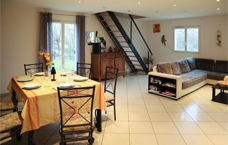 Stunning home in Ste-Eulalie-en-Royans with Outdoor swimming pool, WiFi and 4 Be, location de vacances à Bouvante