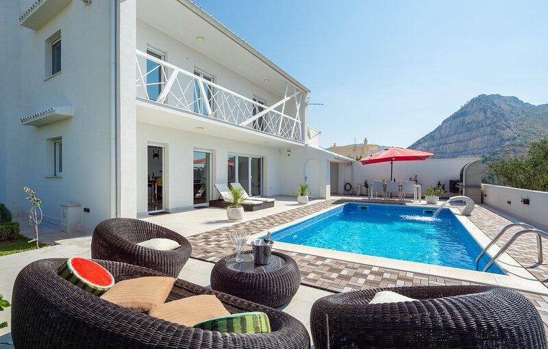 3 bedrooms w ensuite bathroom VILLA w heated pool, holiday rental in Kucine