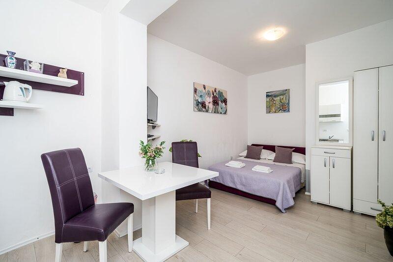 Apartments Isabora - Studio Apartment, holiday rental in Sumet