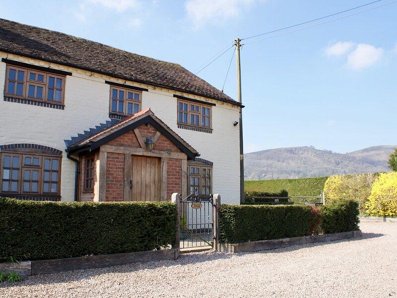 YEW TREE COTTAGE superb view, pet friendly family cottage in village of Little, aluguéis de temporada em Hanley Castle