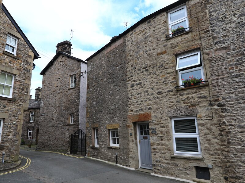 BACK COTTAGE, pet-friendly cottage with woodburner, close to amenities, Lakes, holiday rental in Leck