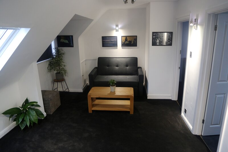 Self contained Studio****1 min to Train Station., location de vacances à Ewell