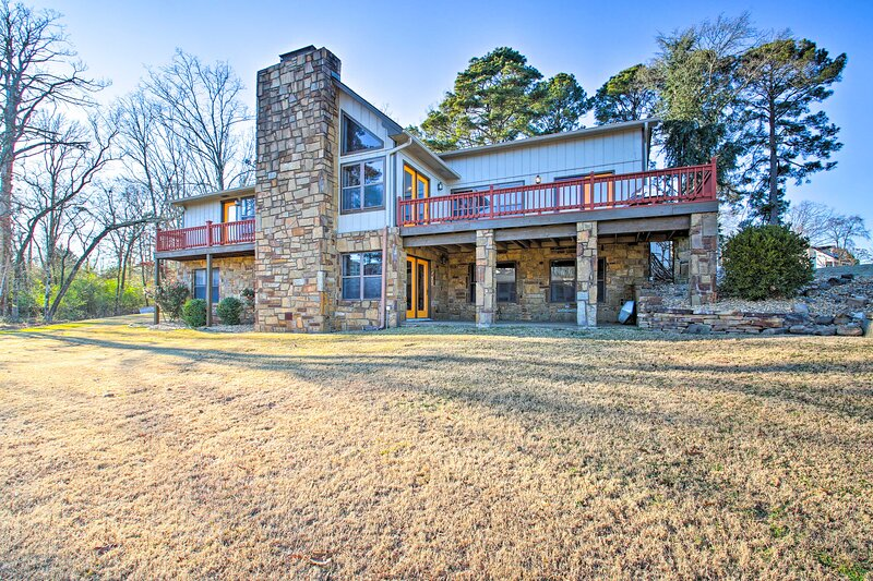 NEW! Amenity-Packed Lakehouse w/ Pool & Boat Slip!, casa vacanza a Bismarck