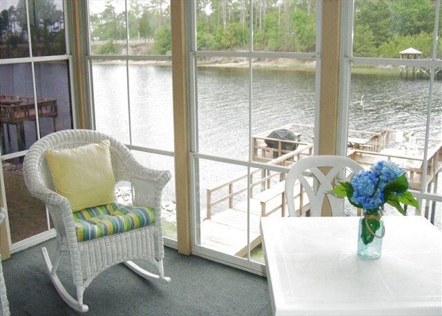 2 Bedroom 1st Floor Waterway Views!! Boat watch from the Screened Patio!, location de vacances à Longs