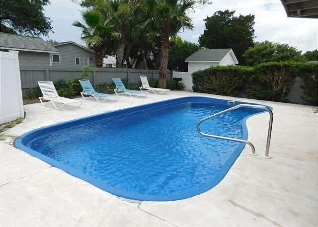 PRIVATE 4 BR HOME, PRIVATE POOL, STEPS TO THE BEACH!, alquiler de vacaciones en North Myrtle Beach