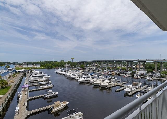 Check out the Boats &the Views from this Gorgeous Condo on the Waterway!, alquiler vacacional en Longs