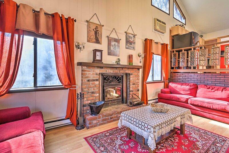 NEW! Rustic Poconos Home Near Falls: Resort Perks! – semesterbostad i Bushkill