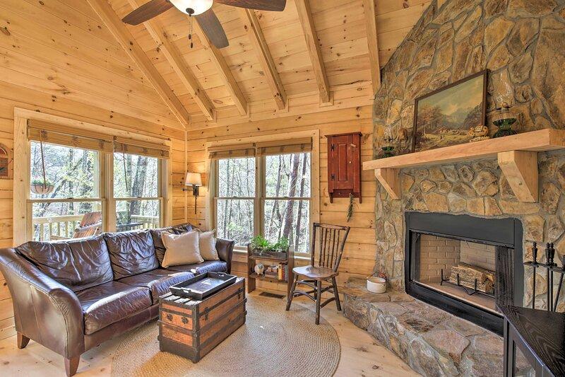 NEW! Couples Getaway Cabin by Hiking + Waterfalls!, location de vacances à Cherrylog