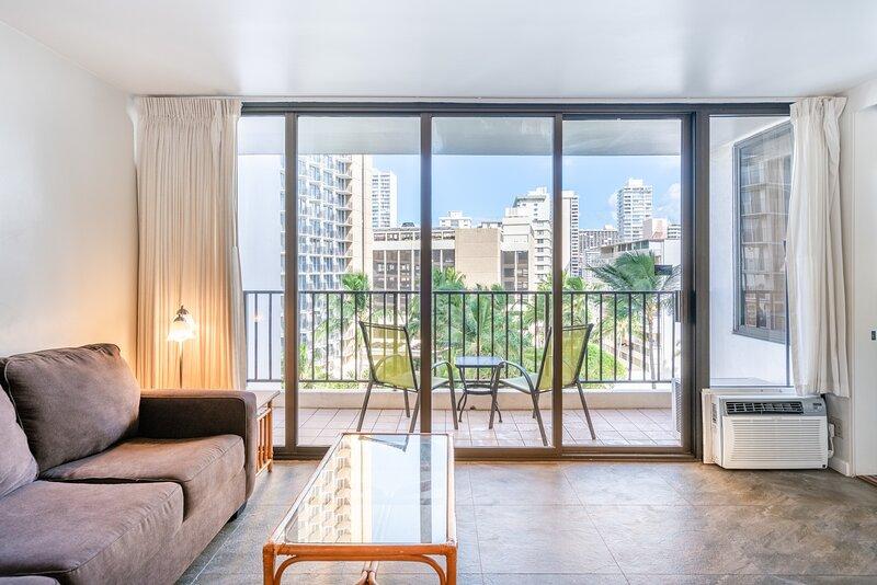Light & Airy 8th Floor Ocean View Condo with Lanai, aluguéis de temporada em Kahala