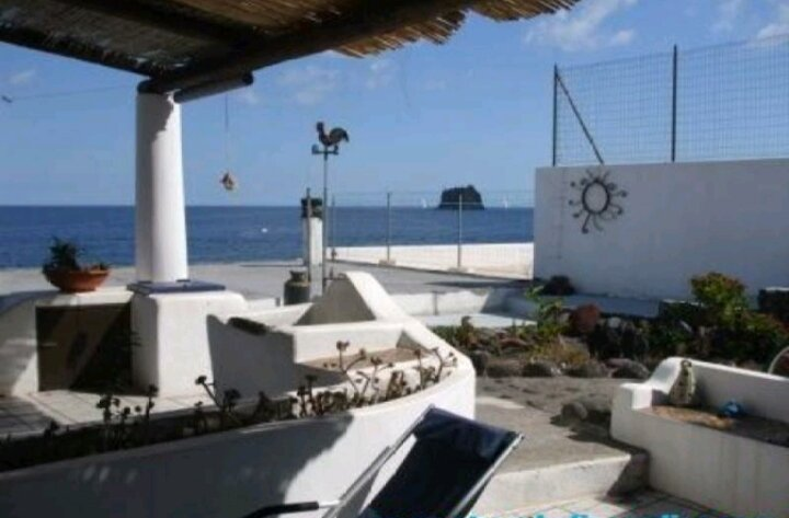 Liù beach front panoramic two levels apartment beautiful view Air conditioning, holiday rental in Stromboli