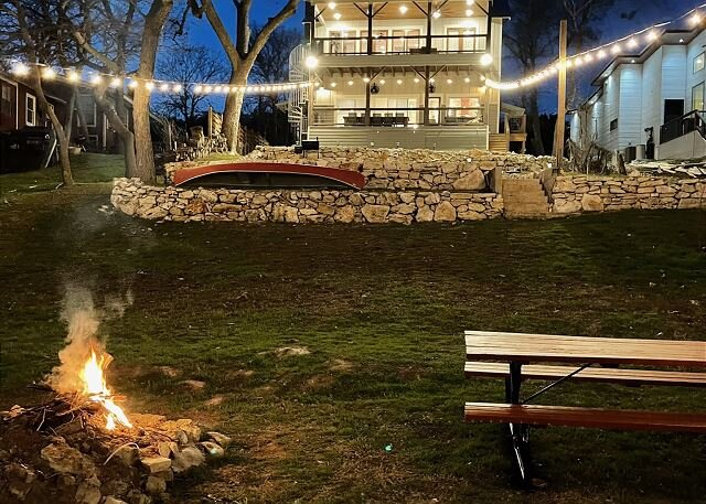 Luxurious New Guadalupe Riverfront Home! 2 beautiful decks, 2 fire pit, canoe, aluguéis de temporada em New Braunfels