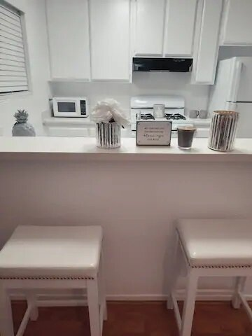 'Calm' in the City - LAX, 4miles to Beach, Fun, holiday rental in Gardena