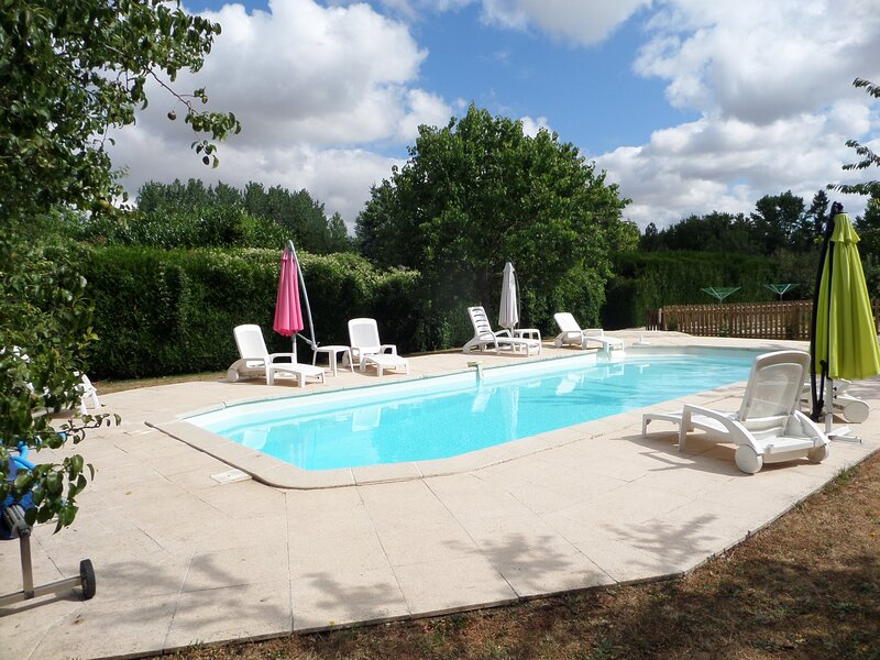 Beautiful 3-Bed Cottage with access to Pool!, vacation rental in Thorigne