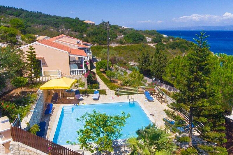 Dolphin Studio: Swimming Pool, Walk to Beach, Sea Views, A/C, WiFi, location de vacances à Ammoudia