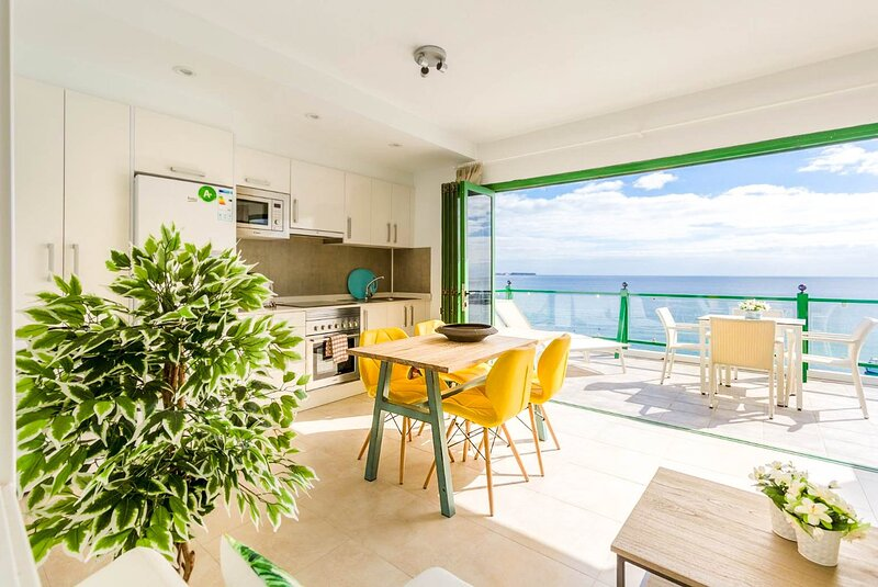Sea Breeze Apartment: Walk to Beach, Sea Views, A/C, WiFi, Car Not Required, alquiler de vacaciones en Yaiza
