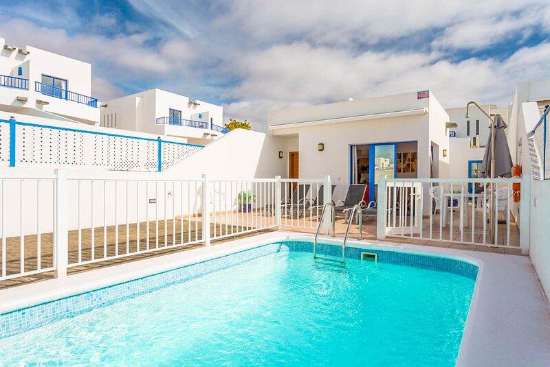 Villa Blanca: Heated Private Pool, Walk to Beach, A/C, WiFi, Car Not Required, alquiler de vacaciones en Yaiza